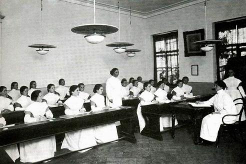 Занятия в «Школе нянь» воспитательного дома. 1913 г.