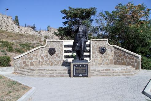 Памятник Афанасию Никитину на территории Старого города в Феодосии