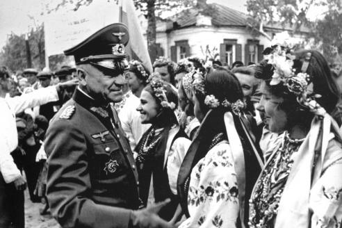 Немецкий генерал-майор с ураинскими девушками в национальных костюмах. 1942 г.