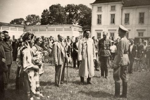 Украинцы приветствуют немцев в Западной Украине. 1941 г.
