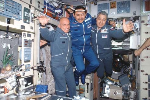 "Космонавты Д. Тито, Т. Мусабаева и Ю. Батурин на борту космического корабля ""Союз ТМ-32"". 2001 г."
