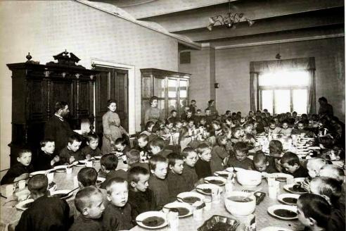 Воспитанники за обедом в столовой Дома призрения и ремесленного образования бедных детей в С.-Петербурге. Начало 1900-х гг.