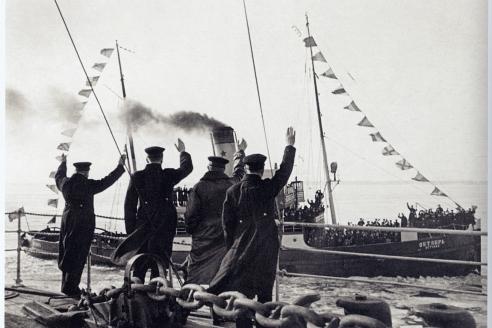 Папанинцы приветствуют пароход Октябрь в порту Ленинграда, 1938 г.