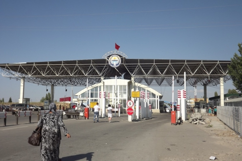 Пограничный переход в Кыргызстане на границе Казахстаном