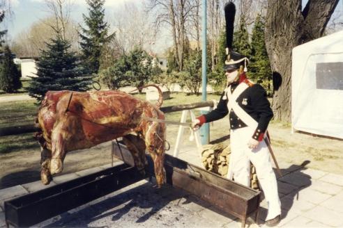 Геннадий Поляков, в процессе приготовления на вертеле быков по-корсикански