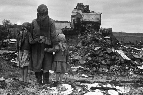 У руин своего дома. Осень 1943 г.