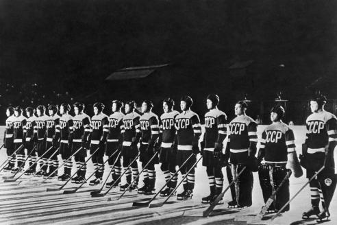 Сборная СССР по хоккею впервые побеждает на чемпионате мира и Европы. 1954 г.