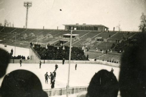 Первая коробка для игры в канадский хоккей у восточной трибуны стадиона Динамо. 1949 г.