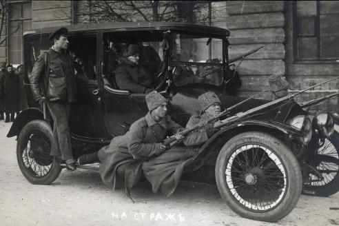 Отобранный автомобиль. Позирует «народная милиция»