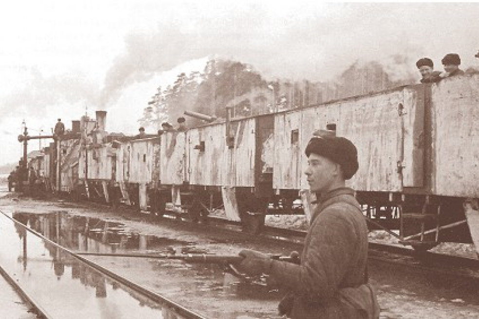Советский боец охраняет бронепоезд № 8 на ст. Лебяжье