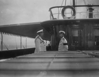 Будущий начальник Экспедиции особого назначения флигель-адъютант, капитан 1 ранга М.М. Весёлкин во время беседы с Николаем II на императорской яхте «Штандарт». 1910 г.
