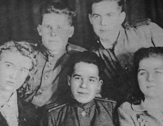 Последнее фото перед отъездом на фронт, слева направо сидят: Л. Щербакова, Э. Вилар, В. Чернышева, сзади стоят В. Елисеев и И. Громов
