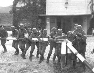 Немецкие солдаты на польском пограничном пункте. 1 сентября 1939 г.