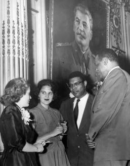 Певец Поль Робсон в советском посольстве в Вашингтоне. 1951 г.