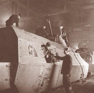 Сборка бронепоезда на Подольском заводе имени Орджоникидзе (ЗиО) во время войны