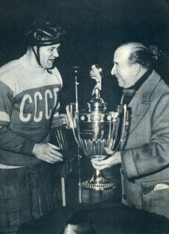 В.М. Бобров капитан команды сборной СССР – победительницы чемпионата мира 1954 года