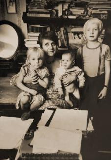 С детьми Наташей и Федей и внучкой Анютой. Сокольники. 1985 г.