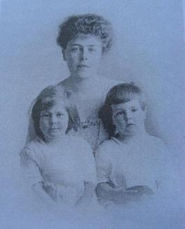 Вера Николаевна Фальц-Фейн (Епанчина) с детьми - Эдуардом и его сестрой Таисией. 1917 г.