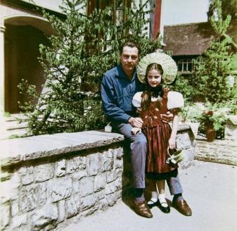Барон Фальц-Фейн с дочерью Людмилой (род. 1951), которую после развода с женой он будет воспитывать с пяти до шестнадцати лет. 1951