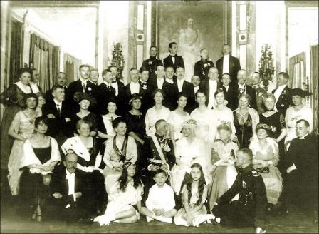 Маленький барон в середине среди большой семьи Набоковых в Берлине. 1920 г.