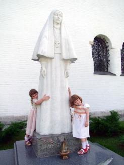 Памятник Великой княгине Елизавете Фёдоровне в Марфо-Мариинской обители в Москве
