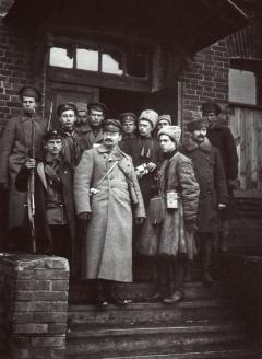 Л. Троцкий с охраной. 1917 г.