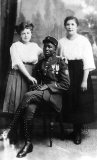 После поражения Германии в Первой мировой войне Франция оккупировала Рейнскую область. В ВС Франции служило большое количество солдат из африканских колоний