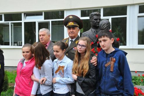 У памятника маршалу Советского Союза, дважды Герою Советского Союза В.И. Чуйкову в школе №479, которая носит его имя