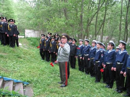 Возложение цветов у памятника павшим в боях под Москвой