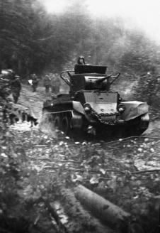 Советский танк пересекает границу местечка Ракув в Польше. 1939 г.