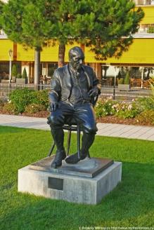 Памятник В. Набокову. В соавторстве с сыном Ф. Рукавишниковым. Монтрё, Швейцария. 1999 г.