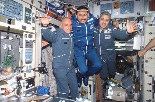 "Космонавты Д. Тито, Т. Мусабаев и Ю. Батурин на борту космического корабля ""Союз ТМ-32"". 2001 г."