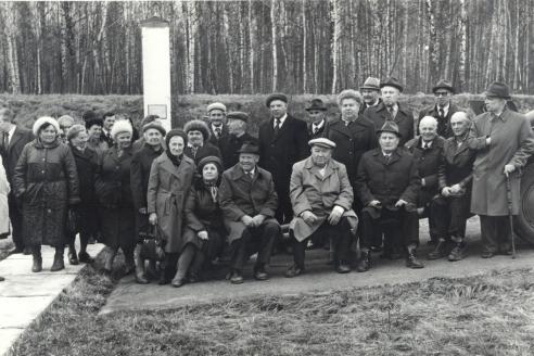 В. Дергачёв и В. Альтшуль с ветеранами 344-й с.д. у памятника-стеллы на Варшавском шоссе