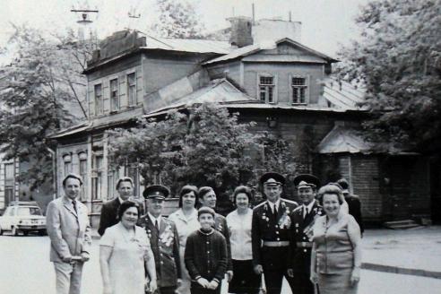 В. Дергачёв с супругой Зинаидой возле дома, в котором прошло его детство. Кропоткинский пер., 3. 9 мая 1975 г.
