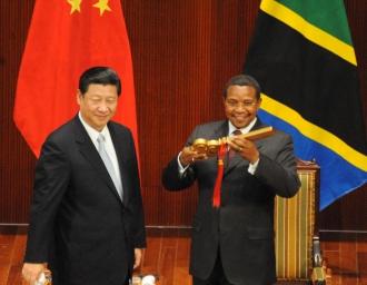 Китайский президент С. Цзиньпин встретился с президентом Танзании Д. Киквете в ходе визита лидера в Танзанию, март 2013 г.