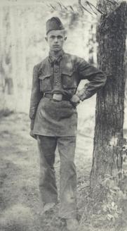 Учащийся 3-го взвода 3-й батареи 2-й спецартшколы г. Москвы В. Дергачёв в военном лагере в Кубинке.1939 г.